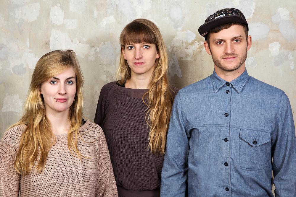 Os criadores do Refugees Welcome: Golbe Ebding, Mareike Geiling e Jonas Kakoschke Os criadores Golbe Ebding, Mareike Geiling e Jonas Kakoschke