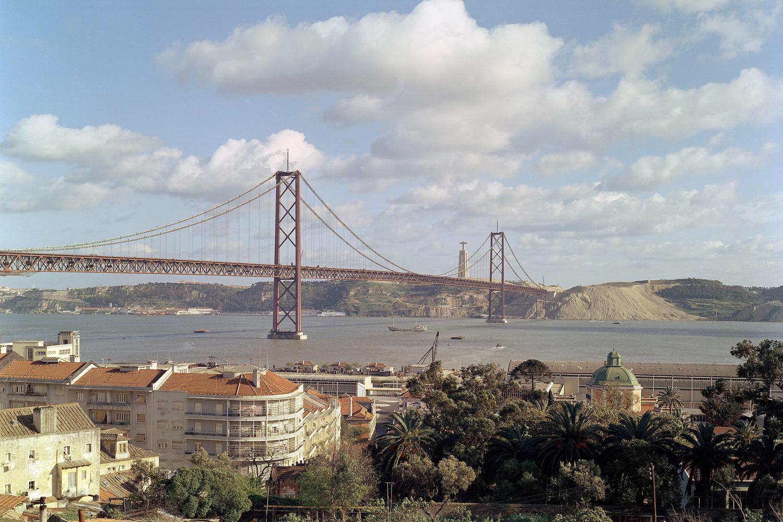 Ponte 25 de Abril, numa fotografia datada entre 1965 e o início do ano de 1966, altura em que a mesma encontrava em fase final de construção.