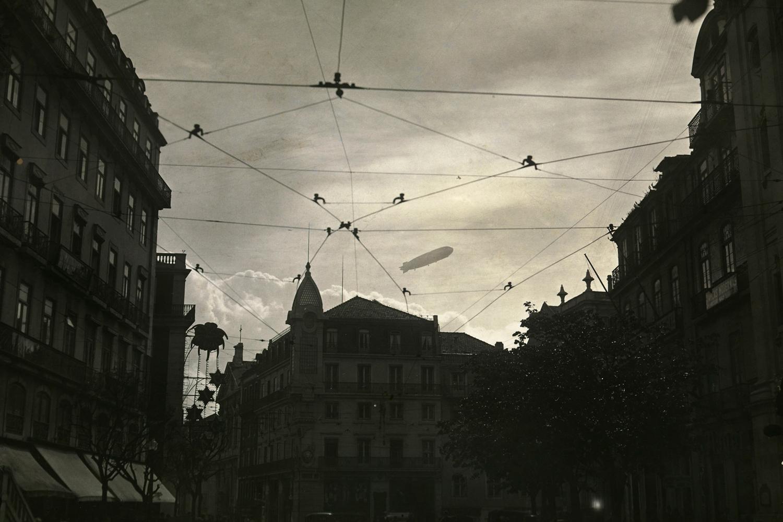 Fotografia tirada a 10 de junho de 1935 onde o dirigível Graf Zeppin sobrevoava Lisboa por ocasião das Festas de Lisboa do mesmo ano.
