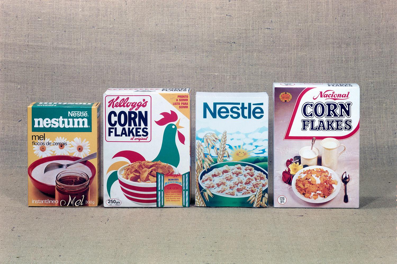 Fotografia de produto de cereais, de marcas como a Nestlé, a Kellogg's e a Nacional.