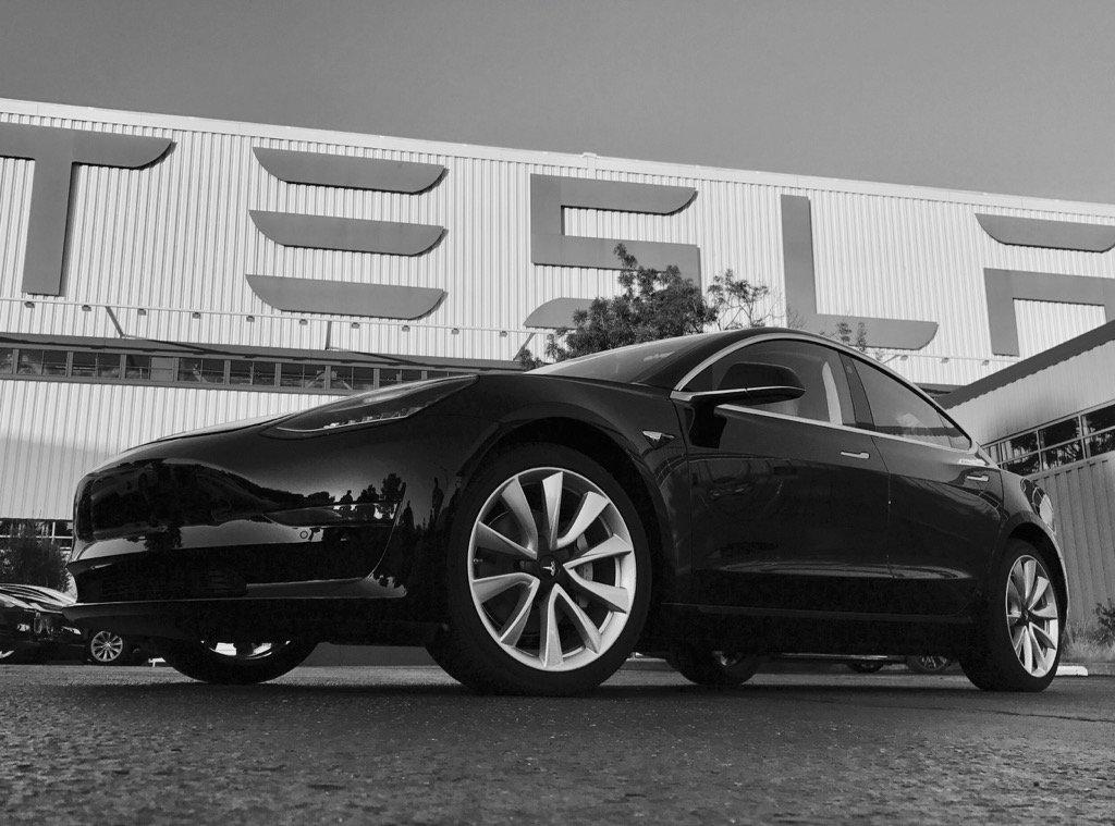 Este foi o primeiro Tesla Model 3 a sair da fábrica