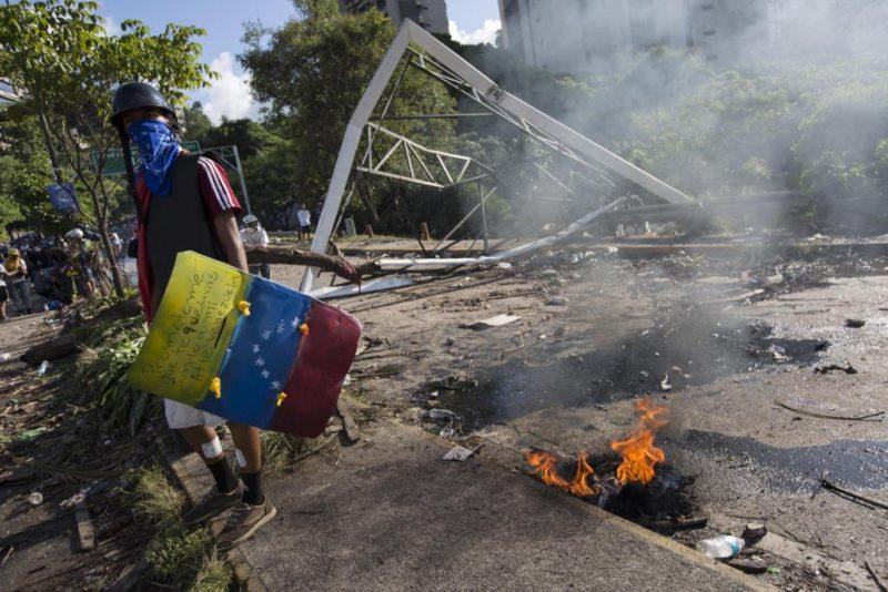 A violência nas ruas de Caracas manteve-se, mesmo em dia de eleições. Créditos: Nathalie Sayago/EPA