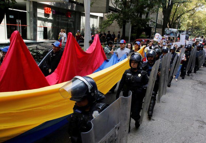 Autoridades controlam a cada vez maior efervescência social. Créditos: Henry Romero/Reuters