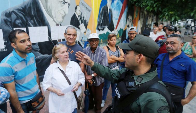 """As alegadas """"filas longas"""" foram a justificação das autoridades para o prolongamento do período de voto. Créditos: Ariana Cubillos/AP"""