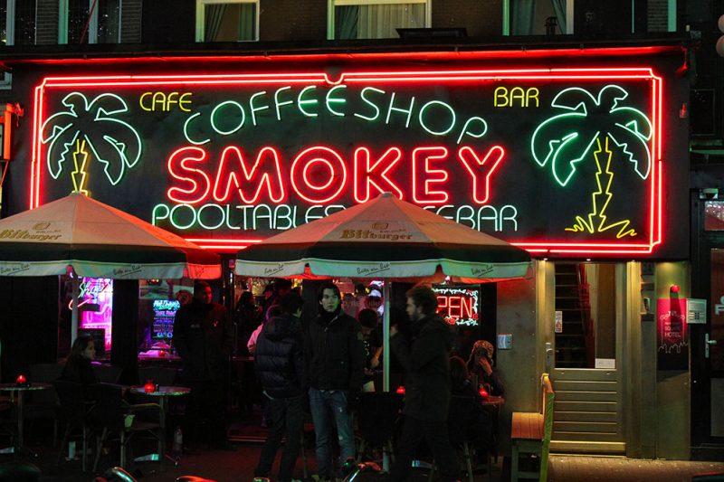 """Uma """"coffeeshop"""" em Amesterdão. Créditos: Audrey Livingston/Merry Jane"""