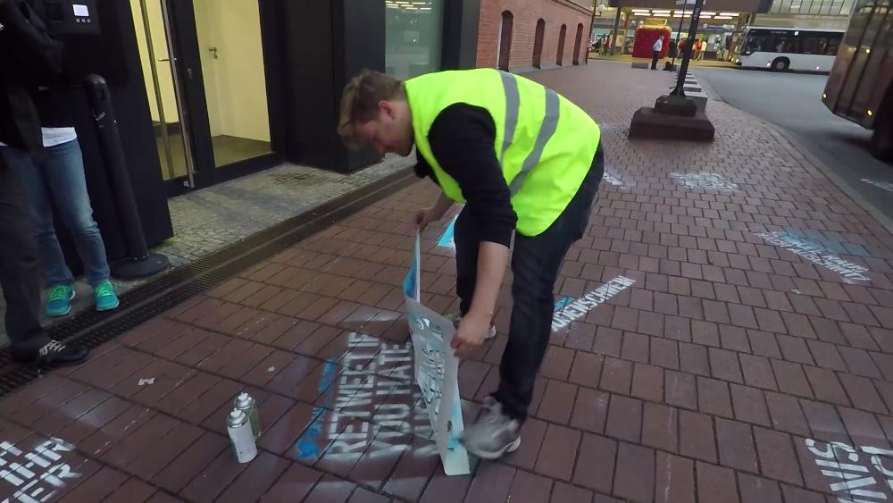 Artista pintou comentários de ódio ignorados pelo Twitter no chão da rua
