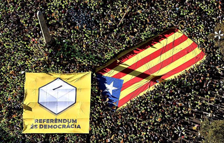 Manifestações em Barcelona a favor do referendo. Imagem: EPA/Roser Vilallonga