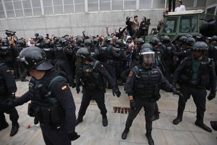 A polícia nacional no pavilhão de Sant Juliá de Ramis. Créditos: AP Photo / Francisco Seco