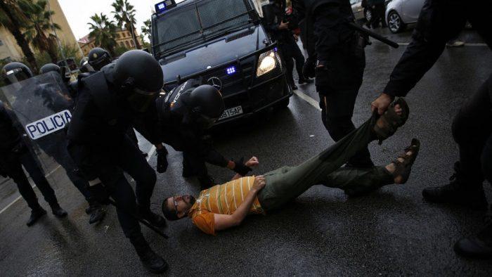 Tentativa de obstrução dos veículos da polícia nacional por um catalão. Créditos: AP Photo/Emilio Morenatti