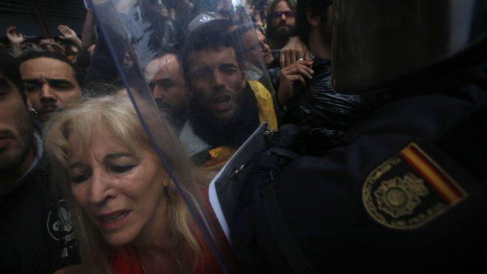 Confrontos diante da escola de Ramon Lull, Barcelona. Créditos: AP Photo/Emilio Morenatti