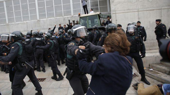 Cenário violento no pavilhão de Sant Juliá de Ramis, Girona. Créditos: AP Photo/Francisco Seco