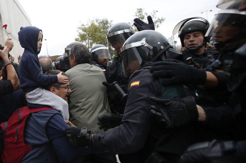 Polícia nacional à entrada do pavilhão de Sant Juliá de Ramis, Girona. Créditos: AP Photo/Francisco Seco.