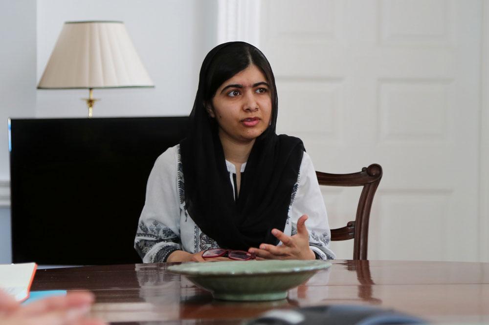 Malala volta ao Paquistão pela primeira vez desde atentado