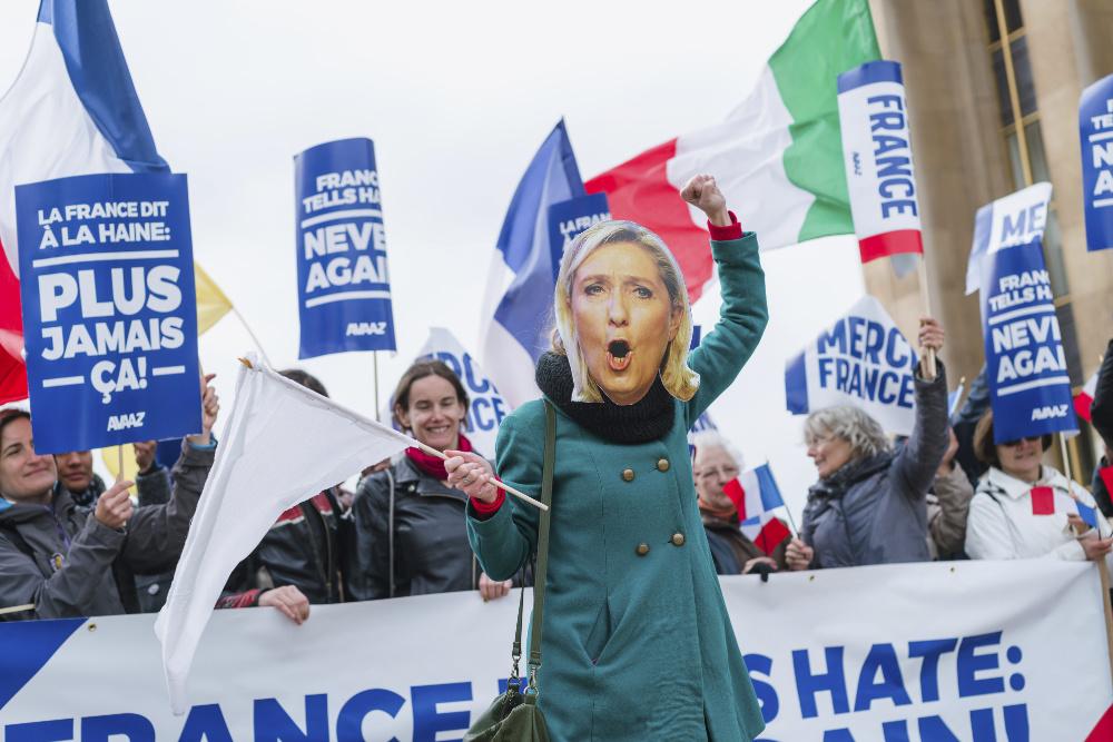 Marine Le Pen reeleita líder da Frente Nacional