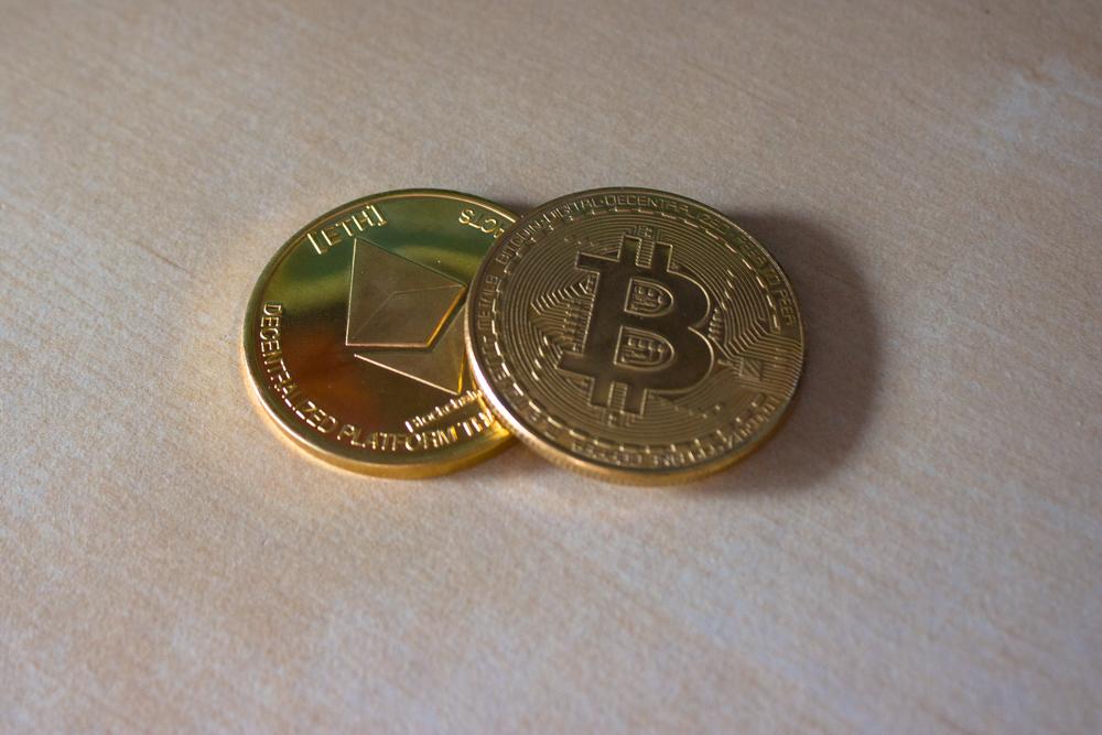 Moedas fictícias de Ether e Bitcoin (foto via Unsplash)