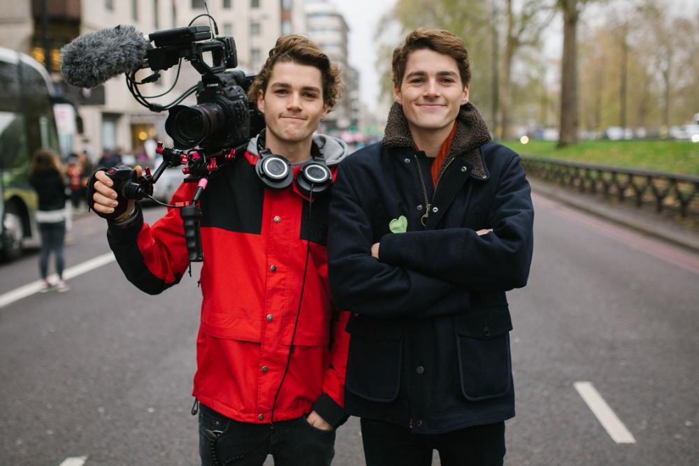 Jack (Direita) e Finn (Esquerda) em gravações para o documentário Our Changing Climate, na Marcha do Clima de Londres, em 2015 (foto DR)