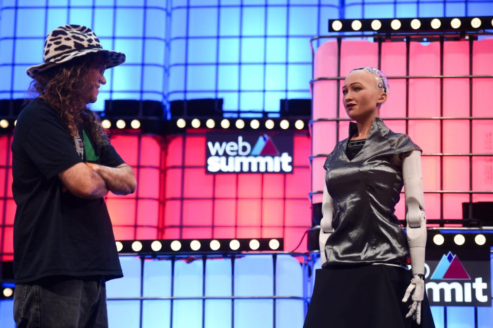 Ben Goertzel e a robô Sophia de regresso ao Web Summit (foto de David Fitzgerald/Web Summit)
