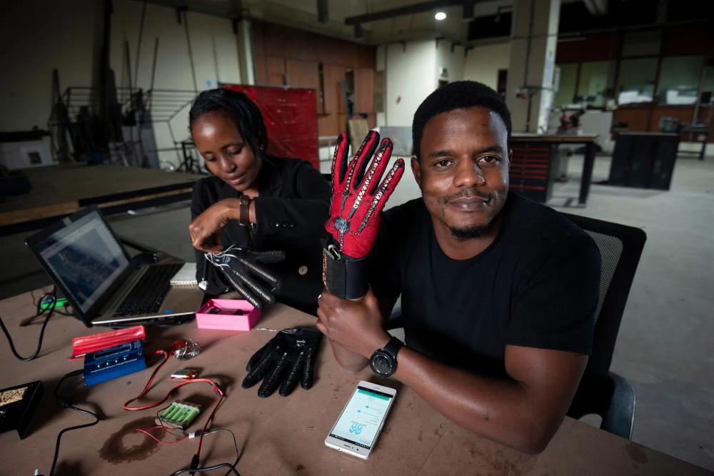 Um par de luvas que converte língua gestual em áudio