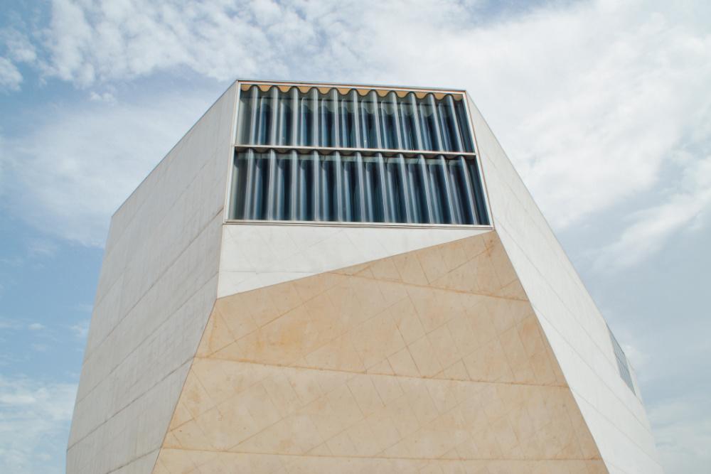 A Casa da Música, no Porto, foi um projecto do arquitecto holandês Rem Koolhass (foto de Rosan Harmens via Unsplash)