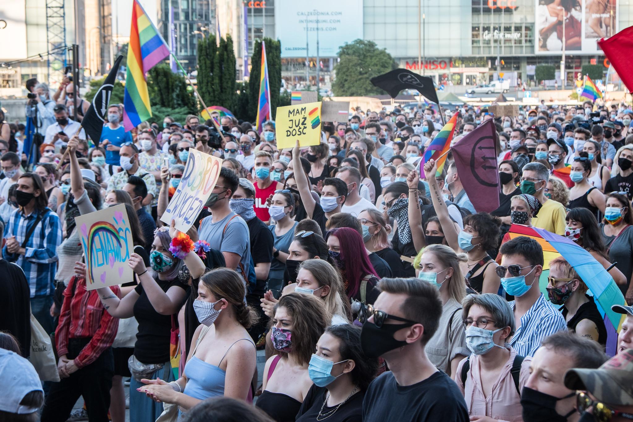 """© Grzegorz Żukowski / O cartaz no centro diz algo como """"Estou farto"""", durante o protesto solidário para com os manifestantes LGBT+ detidos e contra a homofobia em Varsóvia, depois dos acontecimentos em Varsóvia do dia anterior, em que a polícia prendeu a ativista LGBT+ Margot e deteve mais umas dezenas de pessoas. 8 de agosto de 2020, Varsóvia"""